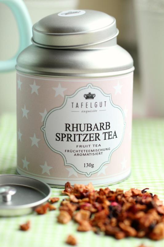 Kleine Teekuchen und Erdbeer Rhabarber Eistee mit Tafelgut Tee. 39