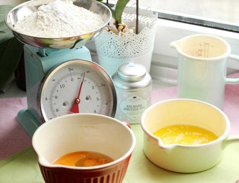 Kleine Teekuchen und Erdbeer Rhabarber Eistee mit Tafelgut Tee. 41