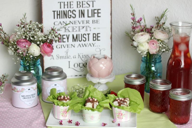 Kleine Teekuchen und Erdbeer Rhabarber Eistee mit Tafelgut Tee. 1