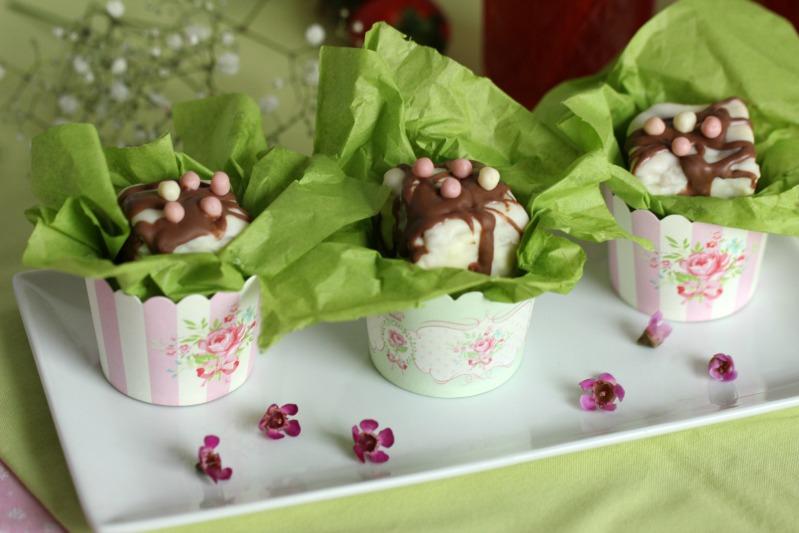 Kleine Teekuchen und Erdbeer Rhabarber Eistee mit Tafelgut Tee. 44