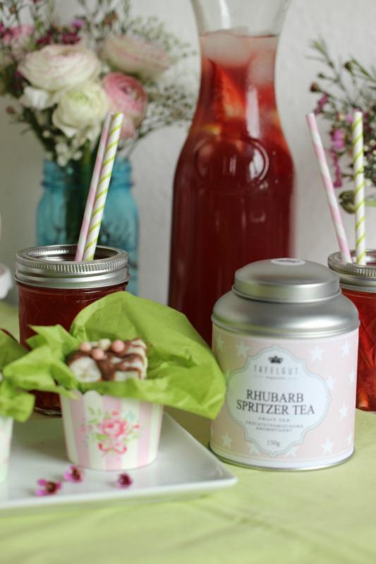 Kleine Teekuchen und Erdbeer Rhabarber Eistee mit Tafelgut Tee. 52