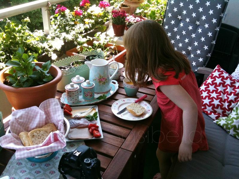 Frühstück auf dem Balkon und ein schön gedeckter Tisch 1