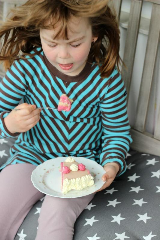 Einfache Marzipan-Himbeersahne Torte zum Geburtstag 6