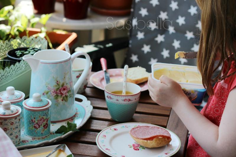 Frühstück auf dem Balkon und ein schön gedeckter Tisch 2