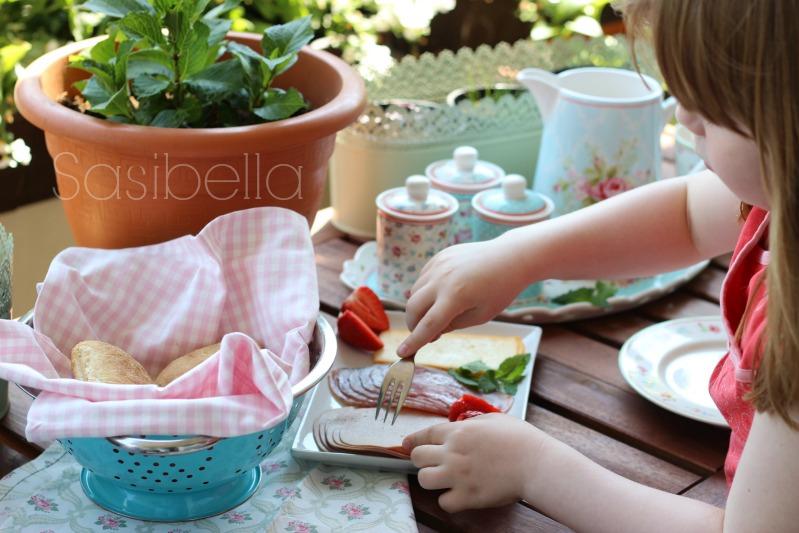Frühstück auf dem Balkon und ein schön gedeckter Tisch 3