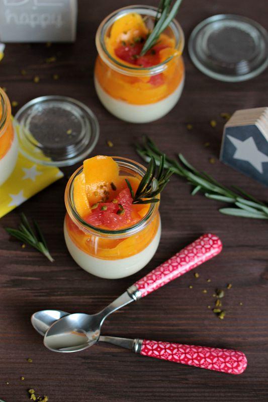 Honig-Zitronen- Rosmarin Panna Cotta mit beschwipsten Früchten 3