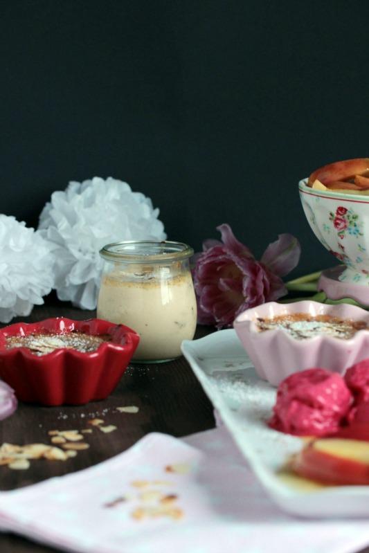 Mandel-Creme Brulee mit Calvados-Apfelspalten und Himbeer-Frozen Joghurt - eine Dessertidee zum Valentinstag 2