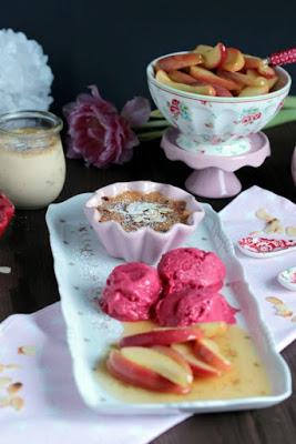Mandel-Creme Brulee mit Calvados-Apfelspalten und Himbeer-Frozen Joghurt - eine Dessertidee zum Valentinstag 26