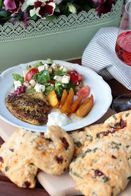 Gyrosschnitzel , Kurkuma-Kartoffelspalten und Bärlauch-Brot 1