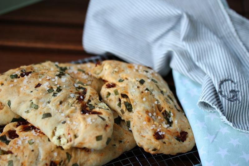Gyrosschnitzel , Kurkuma-Kartoffelspalten und Bärlauch-Brot 3