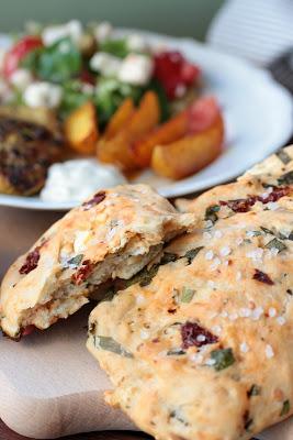Gyrosschnitzel , Kurkuma-Kartoffelspalten und Bärlauch-Brot 2