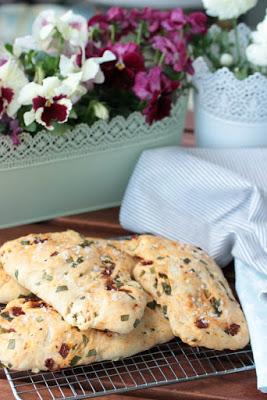 Gyrosschnitzel , Kurkuma-Kartoffelspalten und Bärlauch-Brot 6