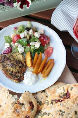 Gyrosschnitzel , Kurkuma-Kartoffelspalten und Bärlauch-Brot 9