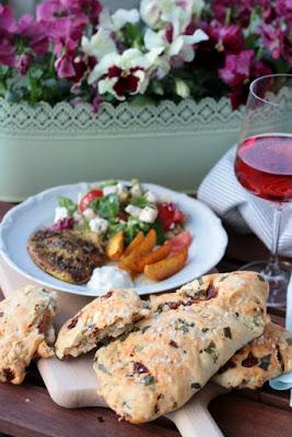 Gyrosschnitzel , Kurkuma-Kartoffelspalten und Bärlauch-Brot 8