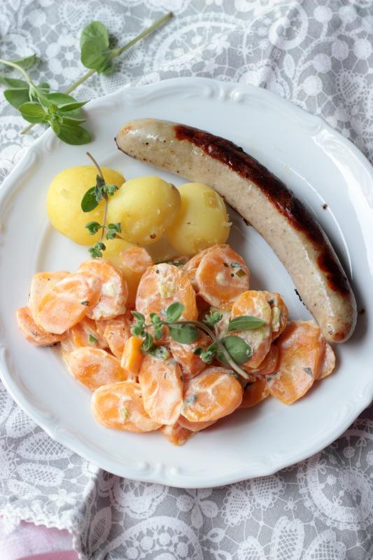 Möhrengemüse in Majoran-Frischkäsesauce mit Pellkartoffeln und Bratwurst 2