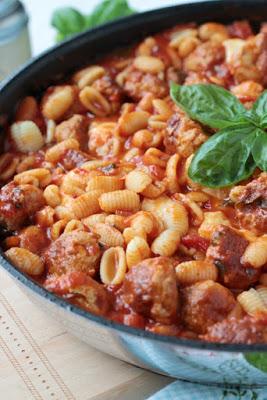 Pastapfanne mit Bratwurstbällchen und Tomaten-Mozzarella-Basilikum Sauce 4