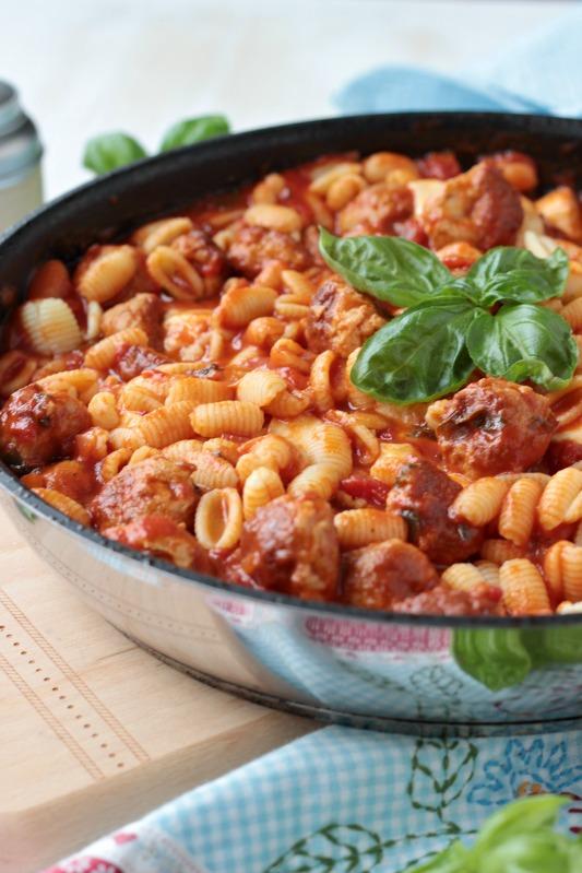 Pastapfanne mit Bratwurstbällchen und Tomaten-Mozzarella-Basilikum Sauce 1