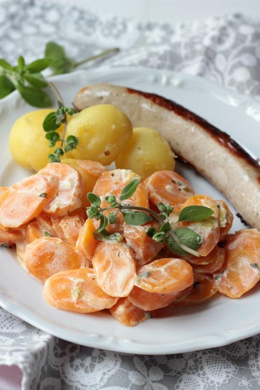 Möhrengemüse in Majoran-Frischkäsesauce mit Pellkartoffeln und Bratwurst 3