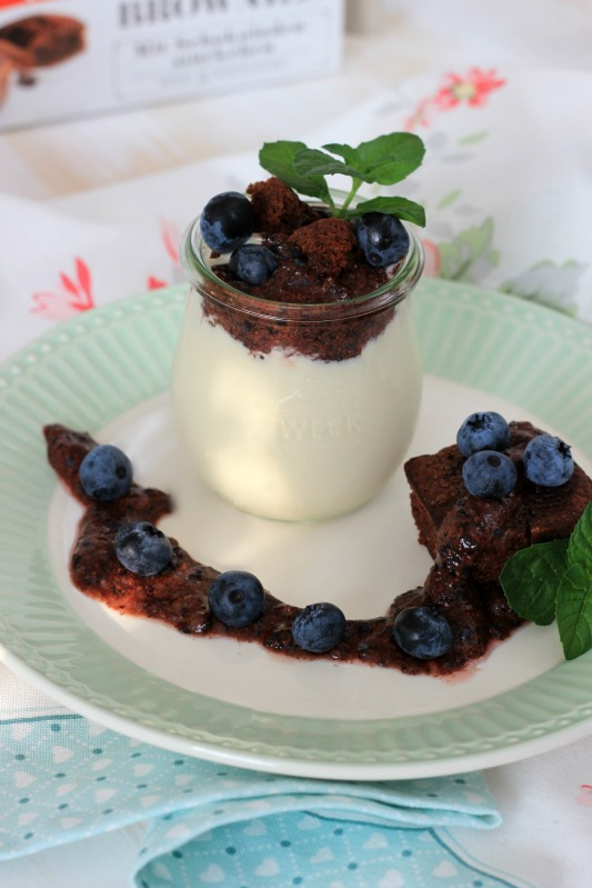 Kaffeecreme mit Brownie und Blaubeer-Rosmarin-Schokoladen Pesto 38
