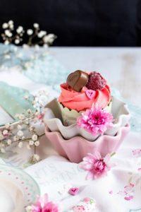 Himbeer-Schoko Cupcakes für Verliebte – eine Rezeptidee zum Valentinstag oder Muttertag