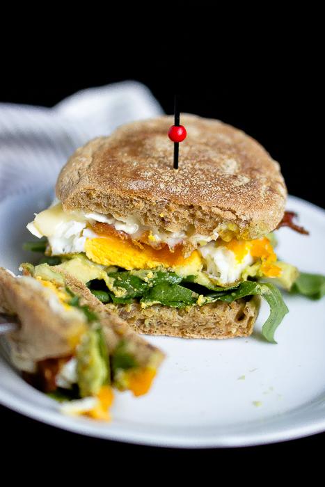 """Herzhafter Frühstücksburger mit Speck und Camembert - """"Mein Frühstücksglück"""" 25"""