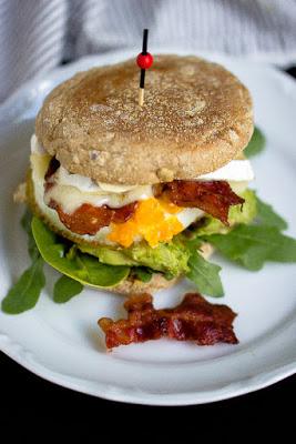 """Herzhafter Frühstücksburger mit Speck und Camembert - """"Mein Frühstücksglück"""" 26"""