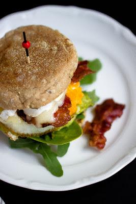 """Herzhafter Frühstücksburger mit Speck und Camembert - """"Mein Frühstücksglück"""" 21"""