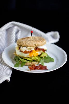 """Herzhafter Frühstücksburger mit Speck und Camembert - """"Mein Frühstücksglück"""" 23"""