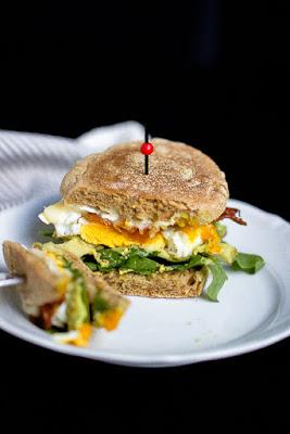 """Herzhafter Frühstücksburger mit Speck und Camembert - """"Mein Frühstücksglück"""" 27"""
