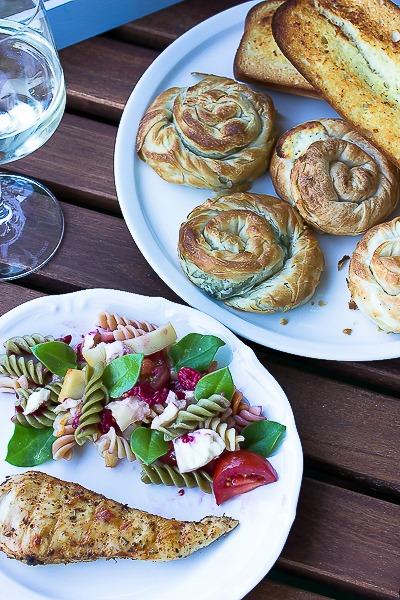 Nudelsalat mit Himbeeren und Käse -ein schneller Sommersalat 4
