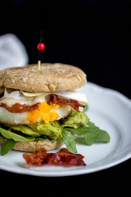 """Herzhafter Frühstücksburger mit Speck und Camembert - """"Mein Frühstücksglück"""" 20"""
