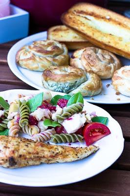 Nudelsalat mit Himbeeren und Käse -ein schneller Sommersalat 3