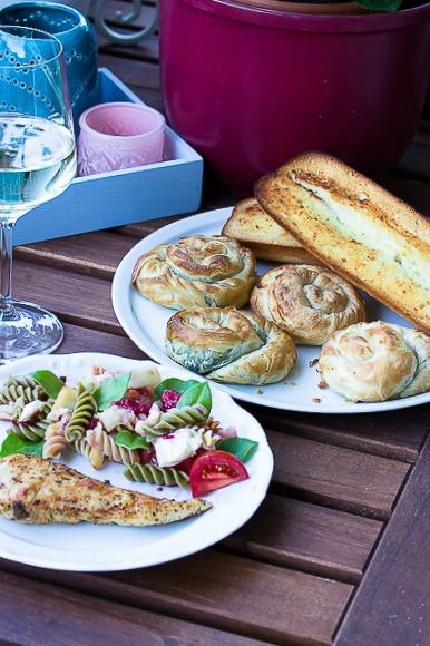 Nudelsalat mit Himbeeren und Käse -ein schneller Sommersalat 7