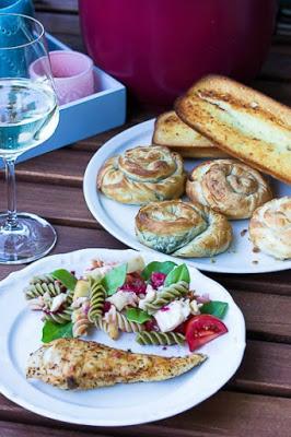 Nudelsalat mit Himbeeren und Käse -ein schneller Sommersalat 2