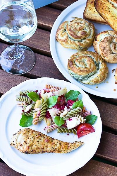 Nudelsalat mit Himbeeren und Käse -ein schneller Sommersalat 1
