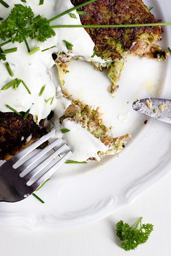 Zucchini-Thunfisch Bratlinge mit Kräuterdip 4