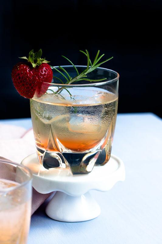 Gin Fizz mit Erdbeeren und Rosmarin 13
