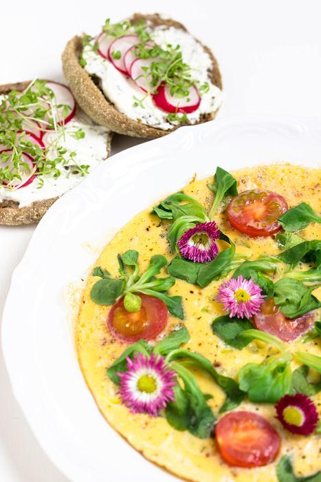 """Omelett mit Tomaten + Radieschen-Quark Brot """"Mein Frühstücksglück"""" 18"""