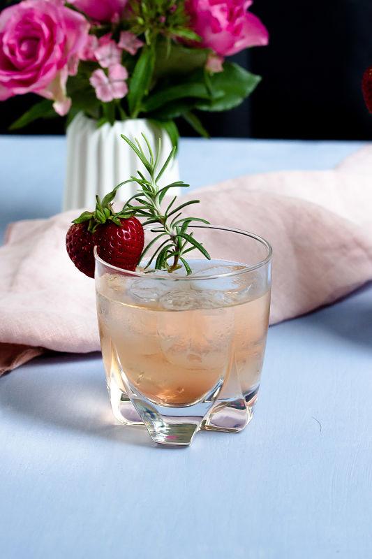 Gin Fizz mit Erdbeeren und Rosmarin 18
