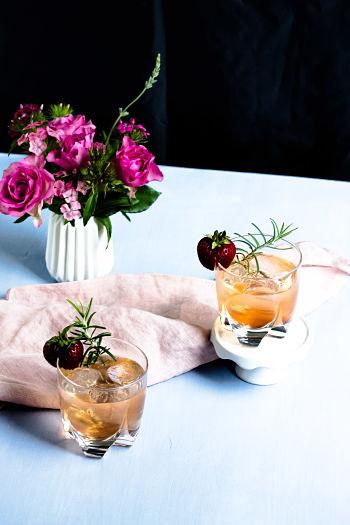 Gin Fizz mit Erdbeeren und Rosmarin 15