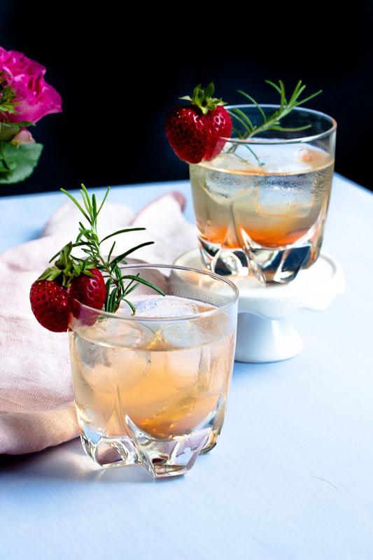 Gin Fizz mit Erdbeeren und Rosmarin 14
