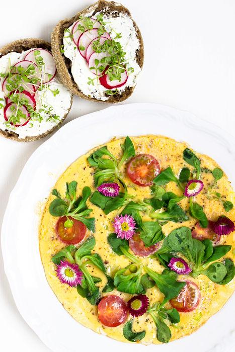 """Omelett mit Tomaten + Radieschen-Quark Brot """"Mein Frühstücksglück"""" 15"""