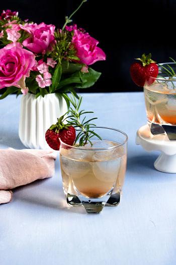 Gin Fizz mit Erdbeeren und Rosmarin 16