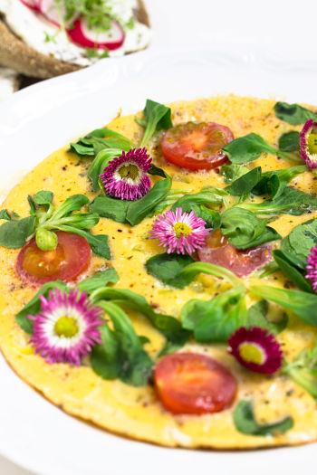 """Omelett mit Tomaten + Radieschen-Quark Brot """"Mein Frühstücksglück"""" 20"""
