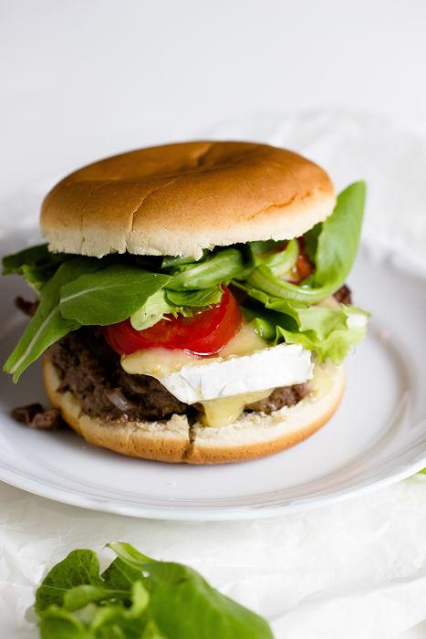 Burger mit Blaubeer-BBQ Sauce