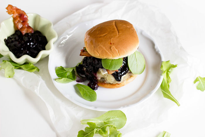 Burger mit Blaubeer-BBQ Sauce und Brie 1