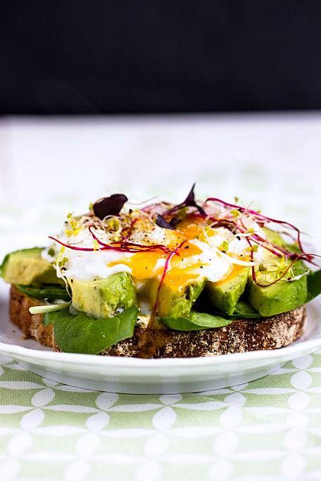 Herzhaftes Frühstücksbrot mit Pestobutter,Avocado und pochiertem Ei 2