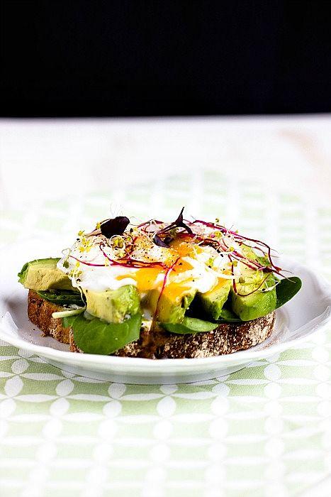 Herzhaftes Frühstücksbrot mit Pestobutter,Avocado und pochiertem Ei 3