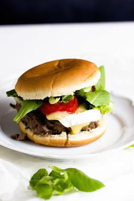 Burger mit Blaubeer-BBQ Sauce und Brie 2