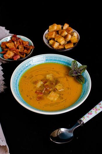 Süßkartoffel-Suppe mit Bacon Chips und Croutons 1